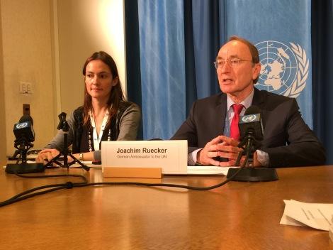 Botschafter Joachim Rücker (rechts) mit der für Presse zuständigen Sekretärin Natalia Jurisic unmittelbar nach der Wahl im Menschenrechtsrat.