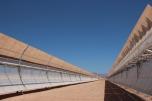 Eine von 800 Reihen mit neun Meter hohen Parabolspiegeln im Solarkraftwerk Noor, die je nach Sonnenstand ausgerichtet werden können.
